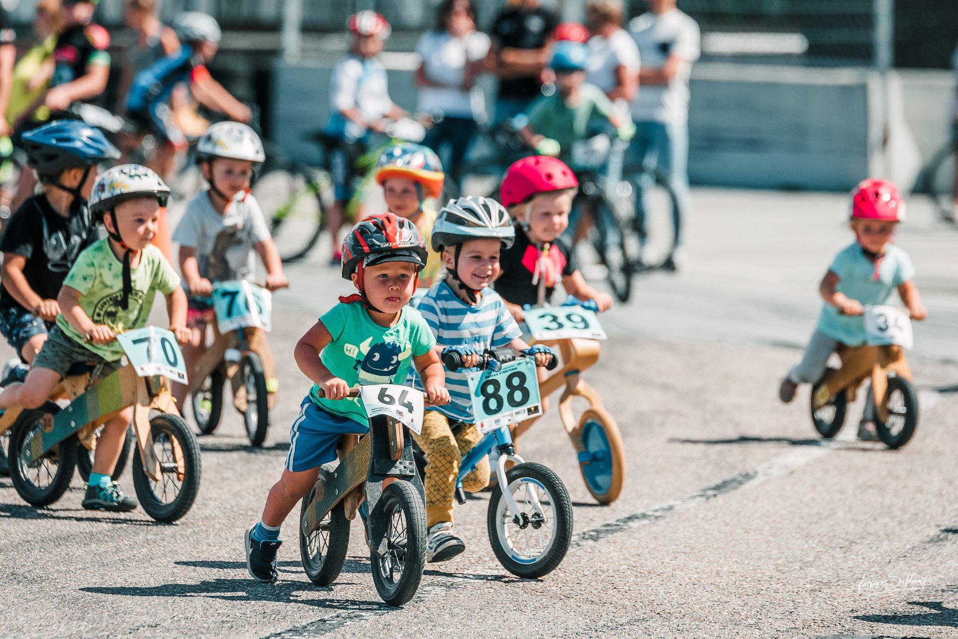 """Turpinās pieteikšanās 4. augustā gaidāmajām bērnu un jaunatnes riteņbraukšanas sacensībām """"Rīgas lielā balva"""""""