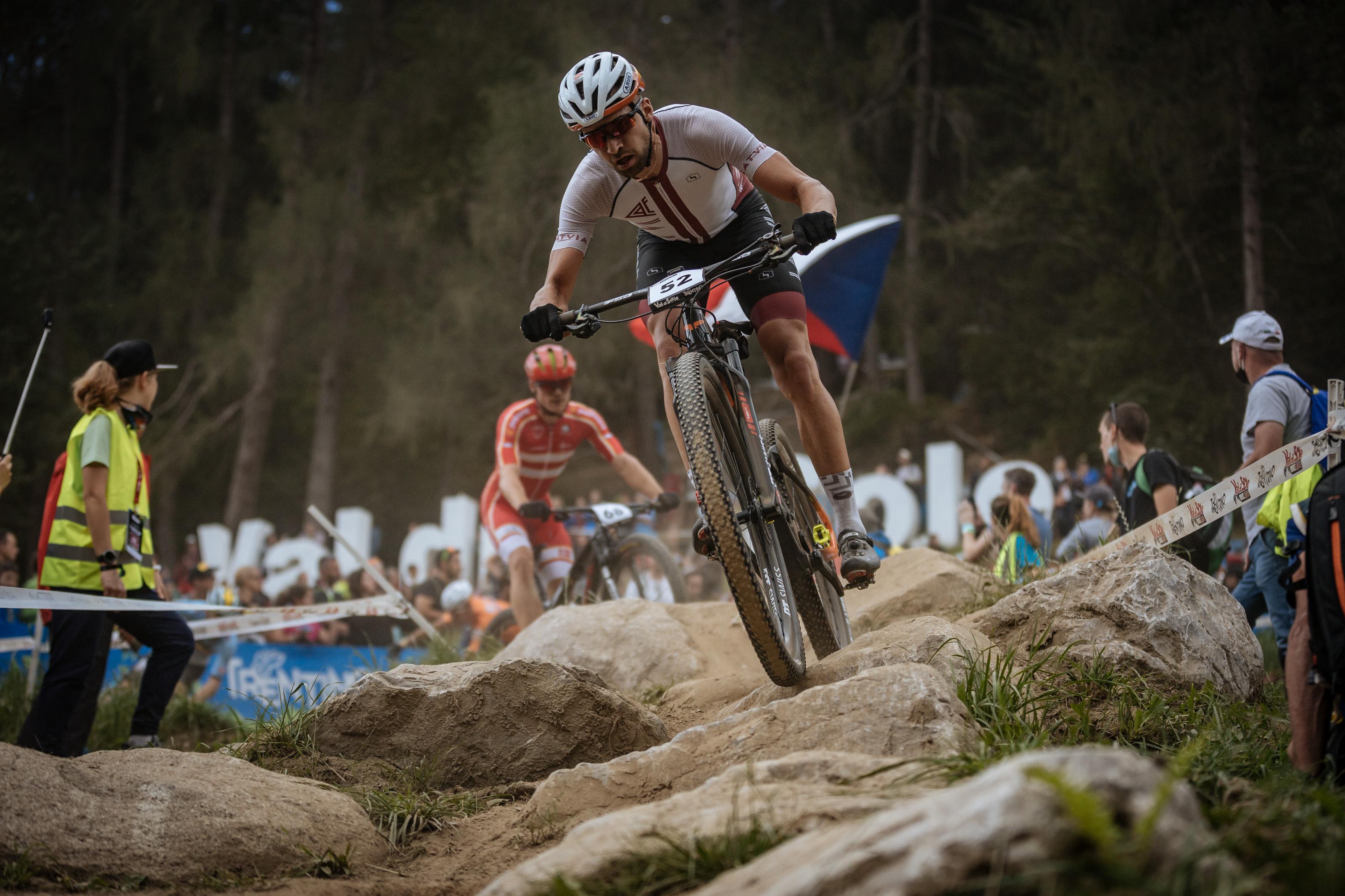 Blūms pasaules MTB riteņbraukšanas rangā paceļas uz rekordaugsto 26. vietu