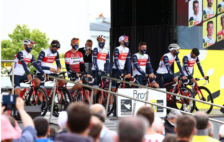 """""""Tour de France"""" pirmajā posmā Skujiņš 30; fans izraisa masu kritienu"""