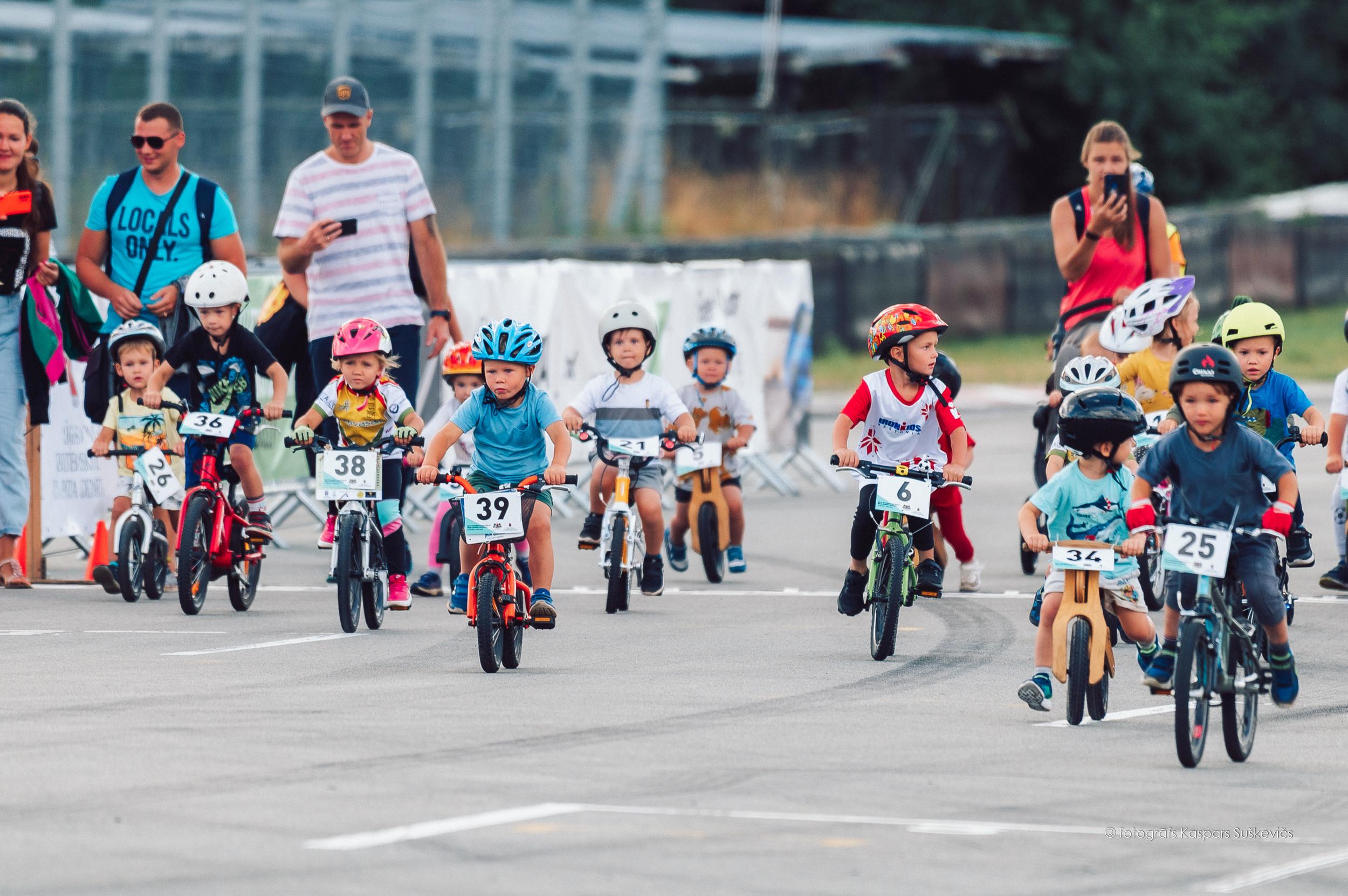 Vairāk nekā 300 bērni un jaunieši bauda Rīgas lielo balvu riteņbraukšanā